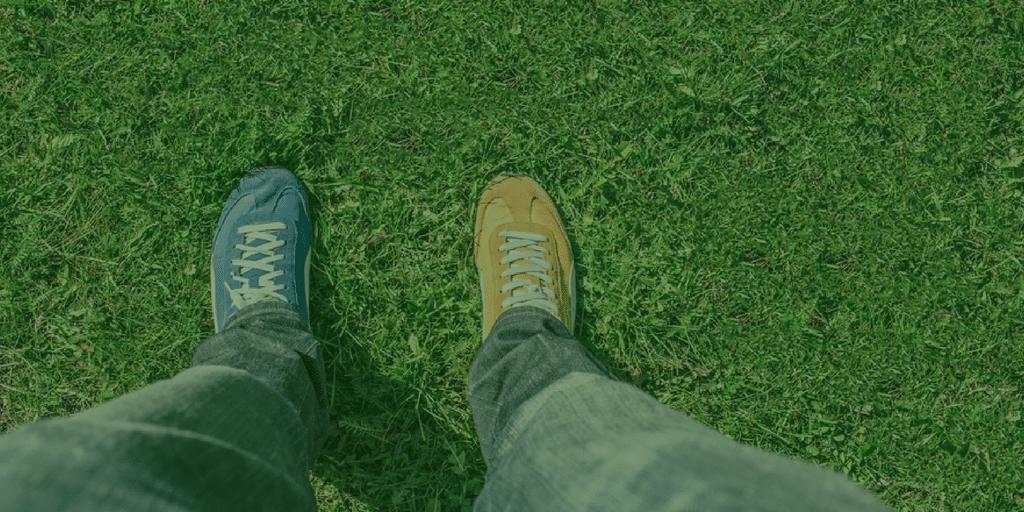 Zapatos con diseño distinto para cada pie