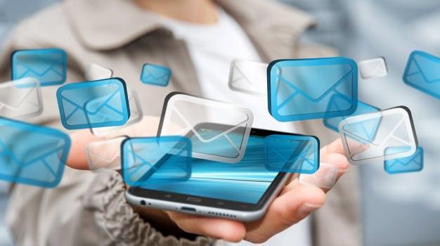 Emprendedor enviando correos.