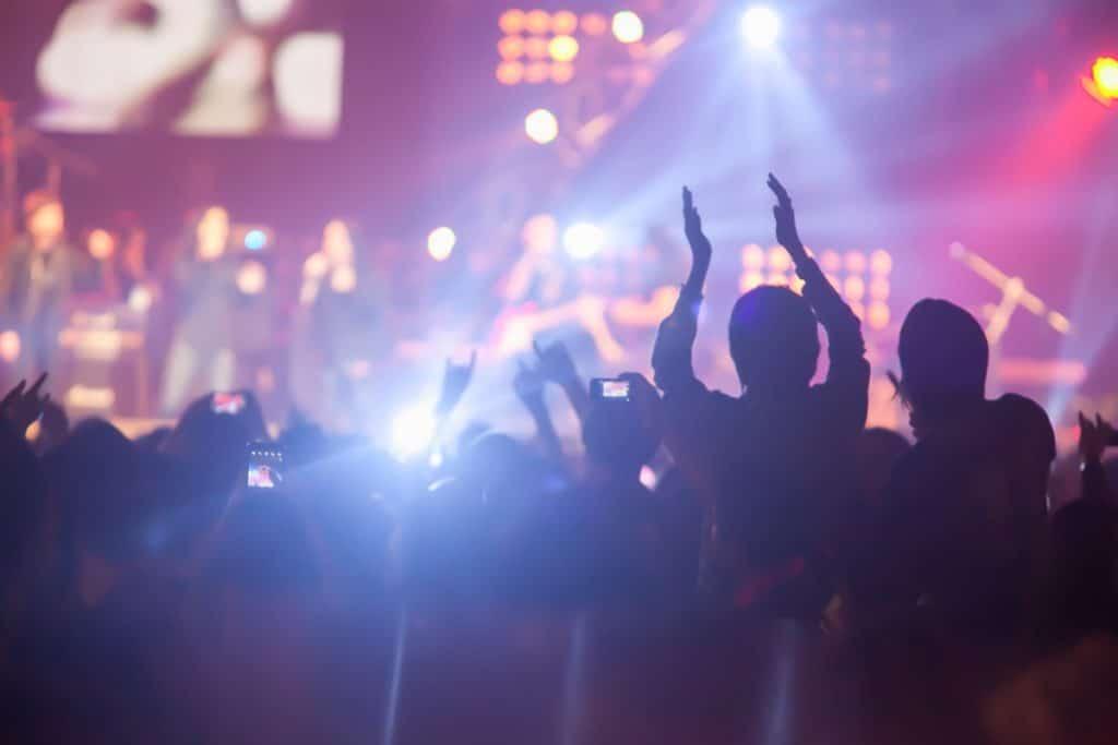 Campaña comercial en un concierto, estrategia de Juan para dar a conocer JM Sports.