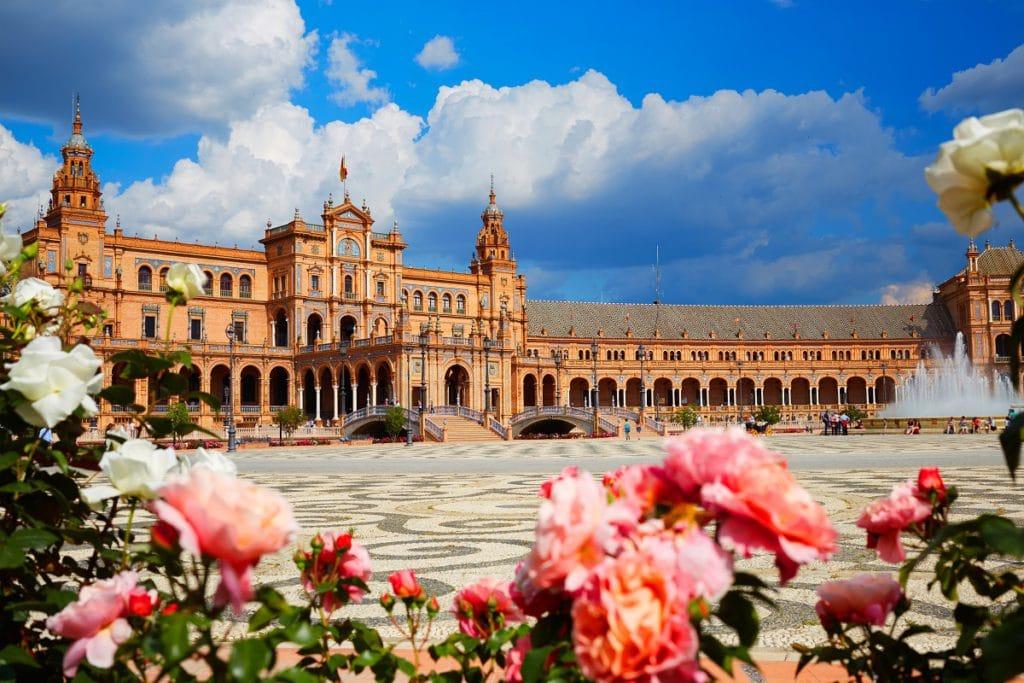 Sevilla es una ciudad hermosa y con una economía estable.